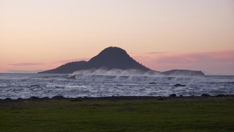 Surfeando las olas en el atardecer de Whakatane