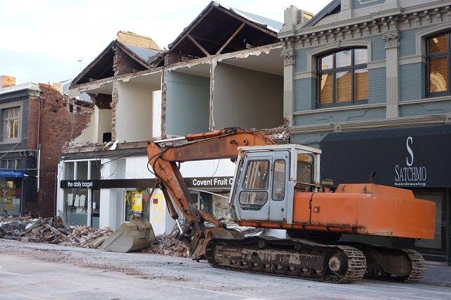 Excavadora quitando escombros en Christchurch