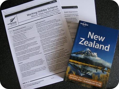 En la imagen, el formulario de la WHV y la Lonely Planet de Nueva Zelanda