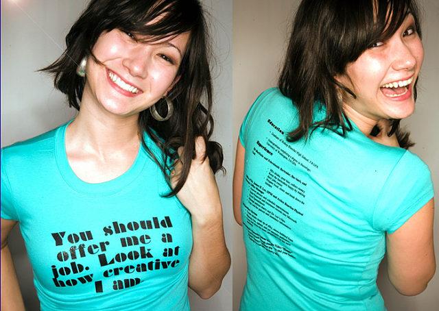 Currículum vitae original impreso en una camiseta