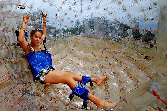 Fotografía del interior de una esfera ZORB con arnés