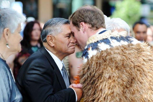 El príncipe Carlos de Inglaterra en el momento del hongi, el tradicional saludo maorí
