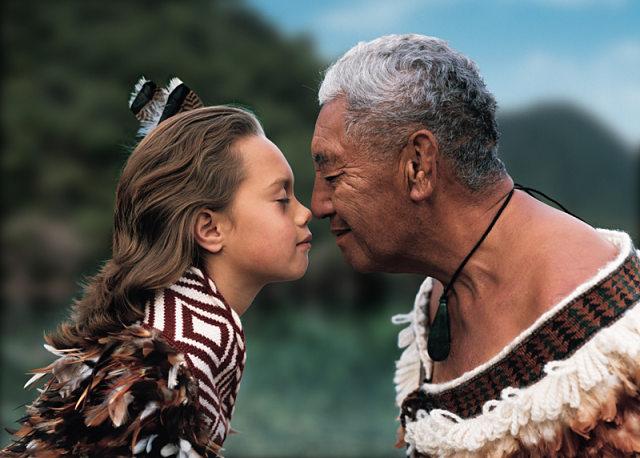 Hongi, el tradicional saludo maorí
