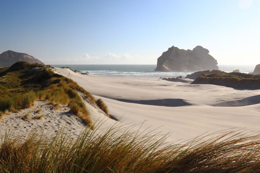 playa-wharariki-beach-dunas-nueva-zelanda-comoserunkiwi