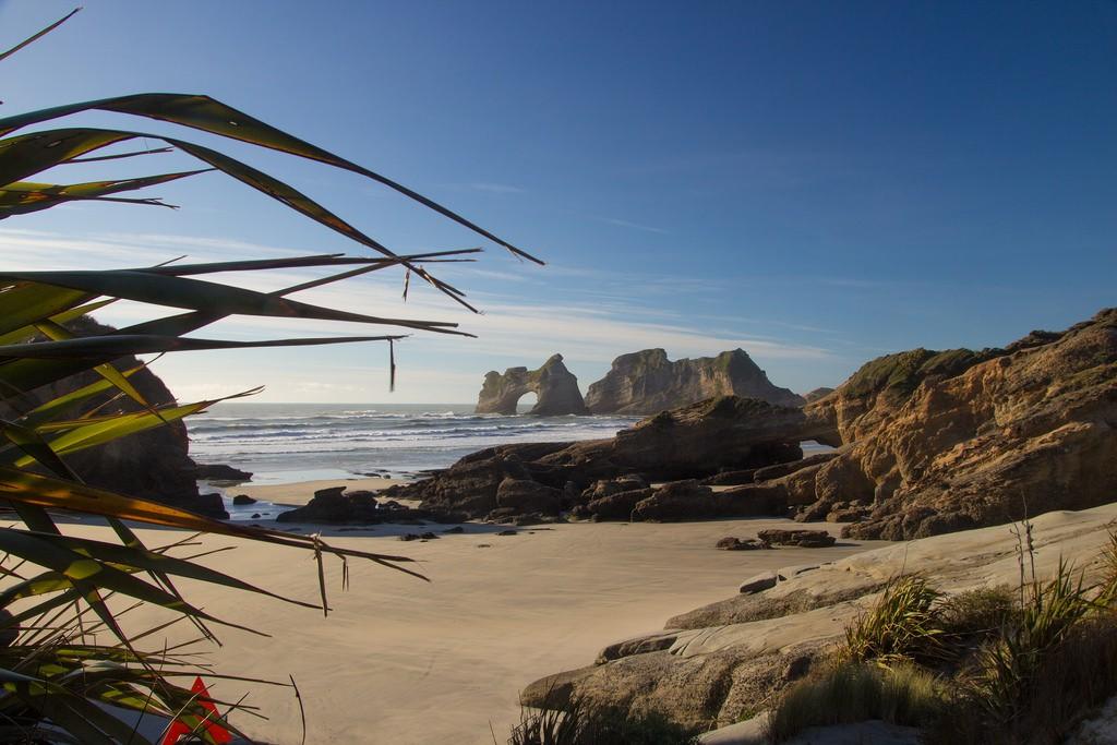 playa-wharariki-beach-panoramica-nueva-zelanda-comoserunkiwi