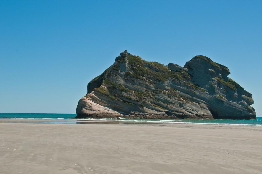 playa-wharariki-beach-roca-nueva-zelanda-comoserunkiwi