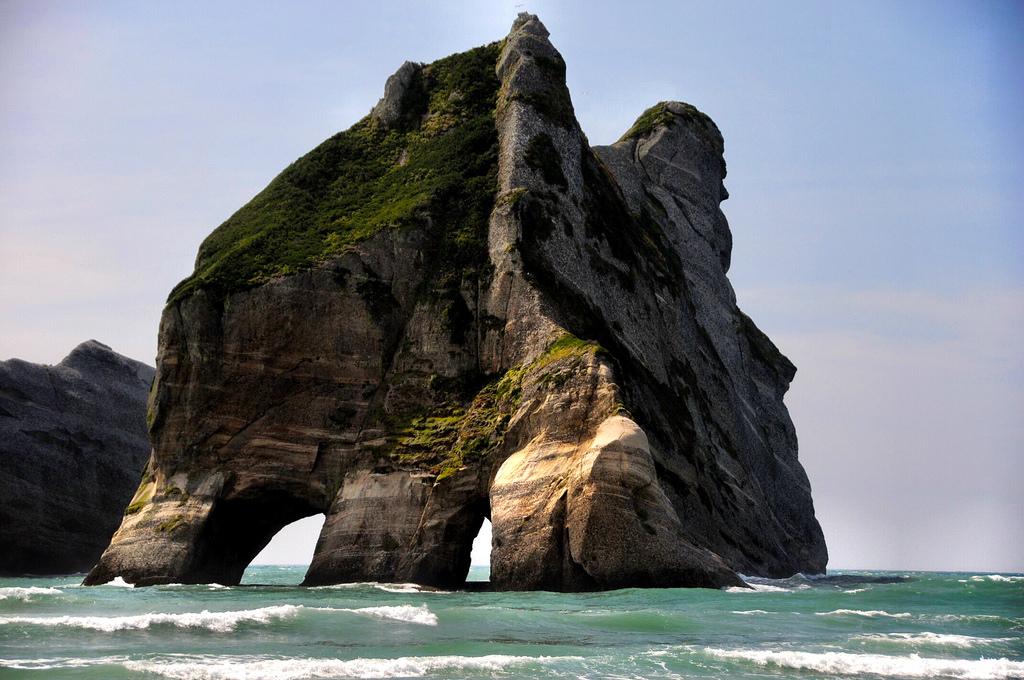 wharariki-beach-rocas-nueva-zelanda-comoserunkiwi