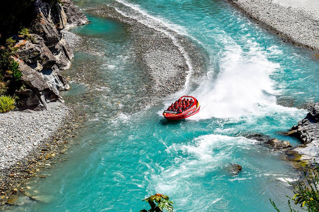 Lancha en el Jet Boat en Queenstown, Nueva Zelanda