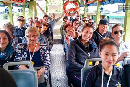Personas disfrutando de la visita en autobús anfibio a Rotorua