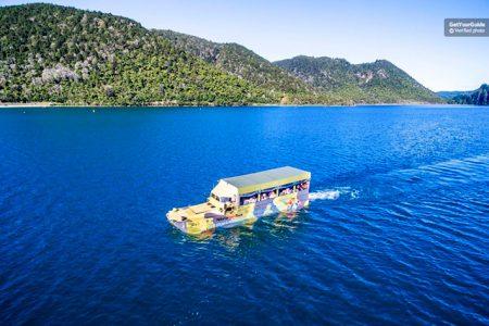 Navegando por el lago Rotorua en un autobús anfibio