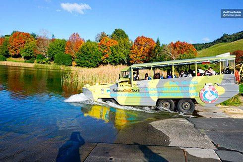 Autobús anfibio por Rotorua en Nueva Zelanda